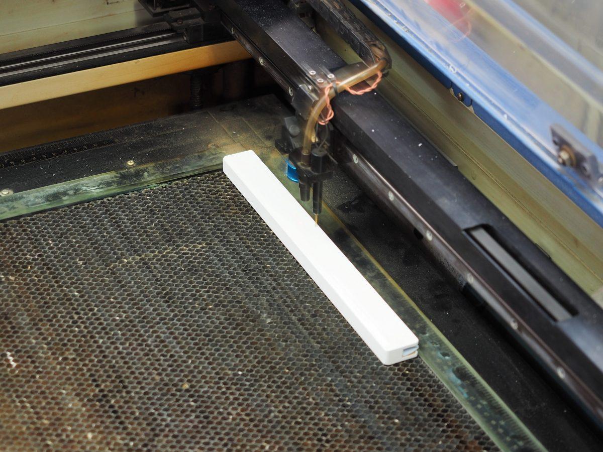 レーザー彫刻中のウッドスライダー
