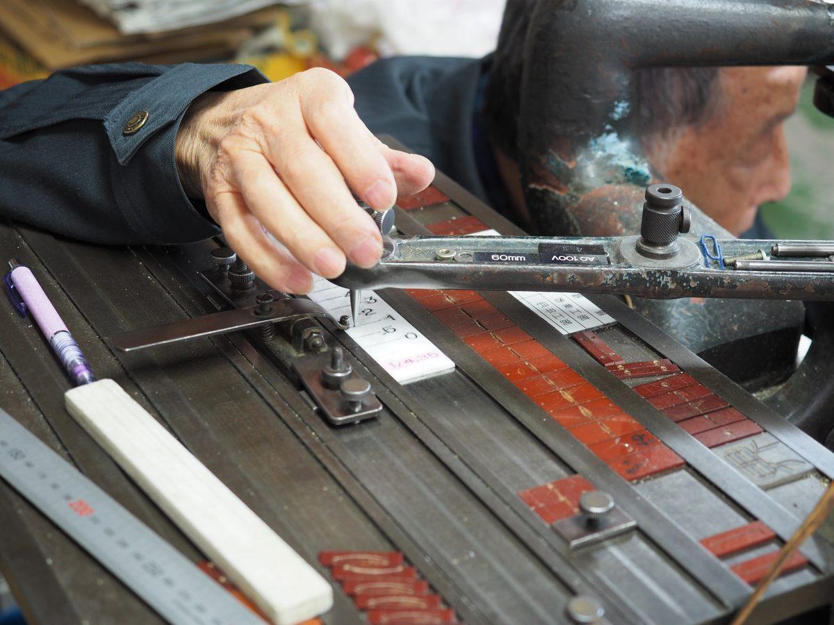 金属への彫刻シーン